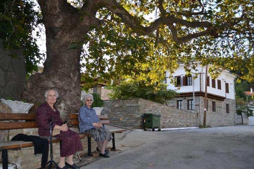 Στην πλατεία του χωριού