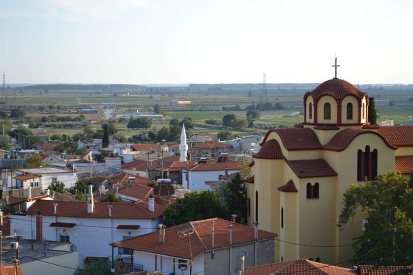Πανοραμική θέα με τη εκκλησία και τα σπίτια
