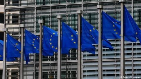 DW: Η Κομισιόν στηρίζει την Ελλάδα