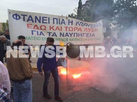Συγκέντρωση στο υπ. Εθνικής Άμυνας από εργαζόμενους στα Ναυπηγεία Ελευσίνας (pic&vid)