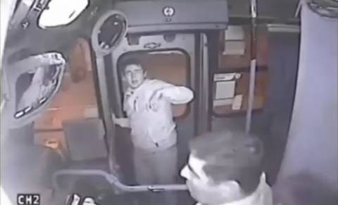 Το χέρι επίδοξου τσαντάκια πιάστηκε σε... πόρτα λεωφορείου (βίντεο)