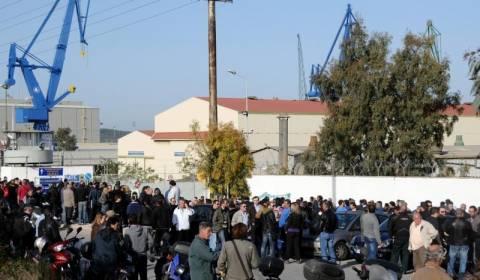 Αποκλεισμένα τα Ναυπηγεία Σκαραμαγκά από εργαζόμενους