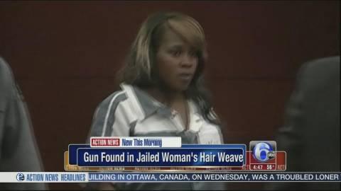 Κρατούμενη έκρυψε στα μαλλιά της ένα... όπλο!