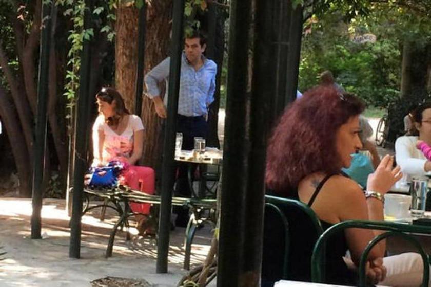 Ο καφές του Αλέξη Τσίπρα με τη σύντροφό του στον Εθνικό Κήπο