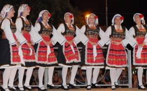 Ελληνικής καταγωγής Αμερικανίδα διδάσκει Ελληνικά και Ελληνικούς Χορούς