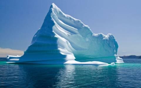 Πώς είναι να κολυμπάς ανάμεσα σε παγόβουνα;