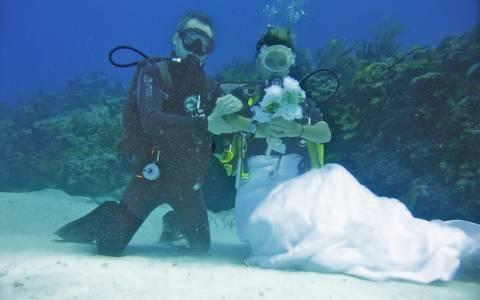 Ζευγάρι παντρεύτηκε στο βυθό της Κρήτης!