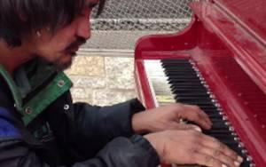 Άστεγος «μαγεύει» με το πιάνο του στον Καναδά