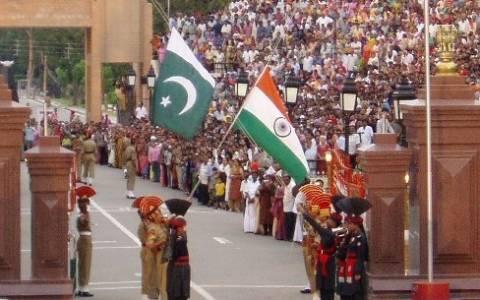 Δεκάδες νεκροί από επίθεση καμικάζι στα σύνορα Ινδίας – Πακιστάν