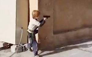 Συγκλονιστικό: 5χρονος εκπαιδεύεται από τους τζιχαντιστές!