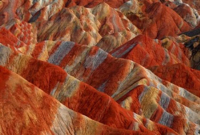 Ανακαλύψτε το μυστικό των πολύχρωμων λόφων της Κίνας!
