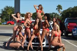 Η απόλυτη φαντασίωση: Μπικίνι, σαπουνάδα και supercars!