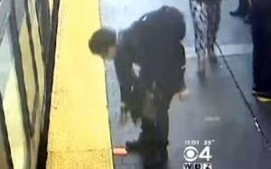 Έκλεψε το κινητό γυναίκας που μόλις είχε σκοτωθεί (video)