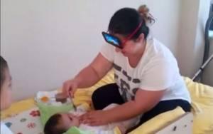 Δείτε τι τρόπο βρήκε αυτή η μαμά για να ταΐσει το μωρό της