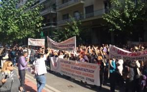 Νοσηλευτές διαμαρτύρονται έξω από το υπουργείο Υγείας