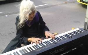 80χρονη παίζει αρμόνιο στους δρόμους της Μελβούρνης!