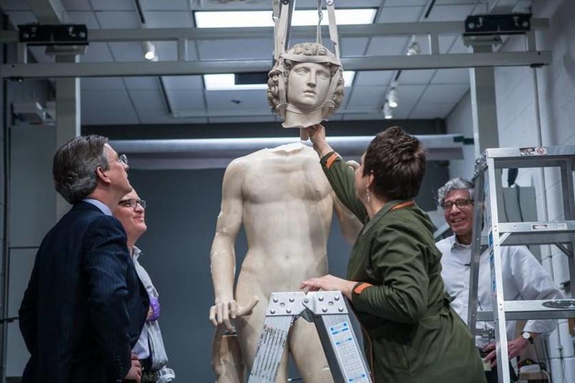 Ενώνοντας τα κομμάτια του σπασμένου αγάλματος του Αδάμ
