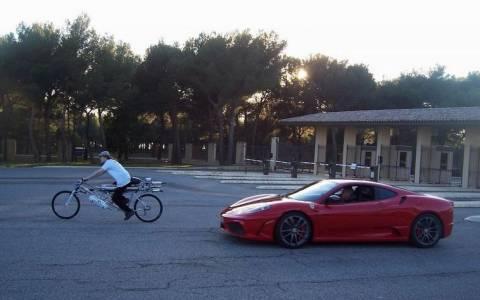 Ποδήλατο ρίχνει σκόνη σε… Ferrari!
