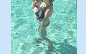 Ποια διάσημη μαμά βούτηξε με το μωρό της στην πισίνα