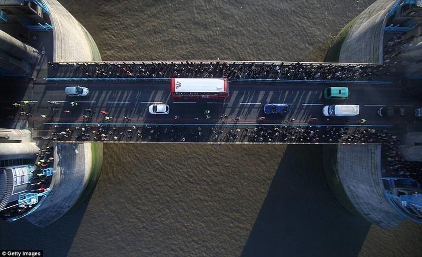 Η Tower Bridge απέκτησε γυάλινο πάτωμα!