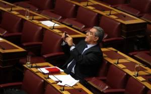 Άγριος καβγάς στη Βουλή για «τους λαθραίους λαθρομετανάστες»