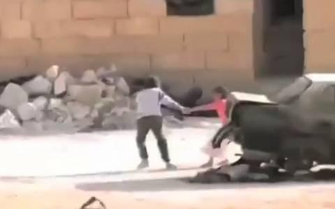 Συρία: Μικρός ήρωας ρισκάρει τη ζωή του για ένα κοριτσάκι