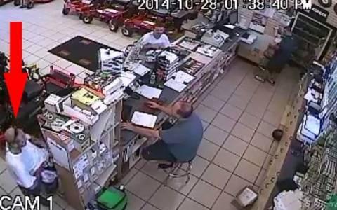 Επική κλοπή: Έκρυψε αλυσοπρίονο κάτω από την μπλούζα του!