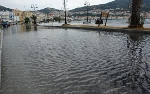 Πλημμύρισε η παραλιακή οδός της Σάμου