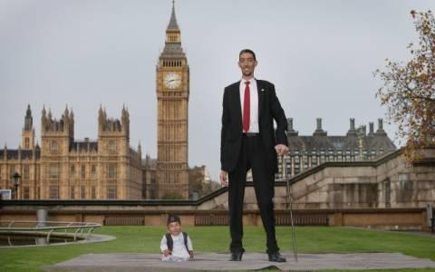 Ο ψηλότερος του κόσμου συνάντησε τον κοντύτερο! (Video)