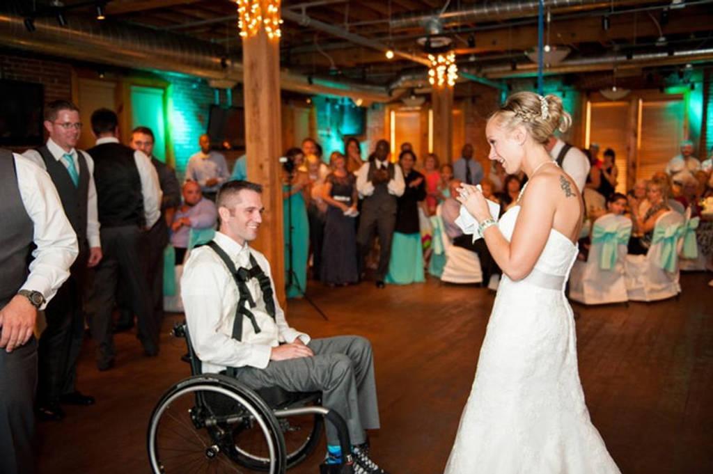 Ανάπηρος σηκώθηκε ξανά για τον πρώτο χορό με τη γυναίκα του
