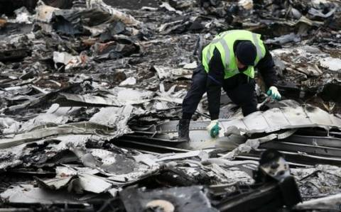MH17: Μαζεύουν τα συντρίμμια της πτήσης (pics)