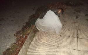 Ξάπλωσε στο οδόστρωμα και ζήτησε να τον πατήσουν