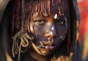 Ο τρόμος στα πρόσωπα κοριτσιών λίγο πριν την κλειτοριδεκτομή