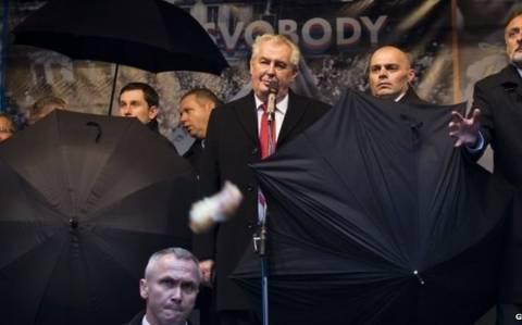 Τσεχία: Ένα... αυγό στο κεφάλι για τον πρόεδρο Γκάουκ