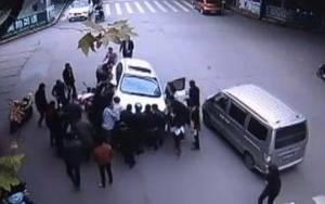 Γυναίκα παγιδεύτηκε κάτω από αυτοκίνητο (video)