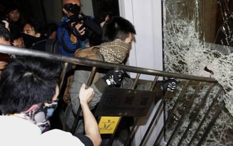 Διαδηλωτές εισέβαλαν στο κοινοβούλιο του Χονγκ Κονγκ