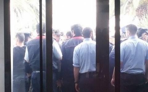 Προπηλακισμοί και επεισόδια έξω από την Τράπεζα Κύπρου