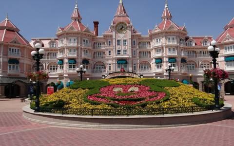 Η Disneyland προετοιμάζεται για τα Χριστούγεννα