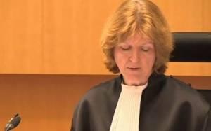 Πατέρας έριξε καρέκλα σε δικαστή (video)
