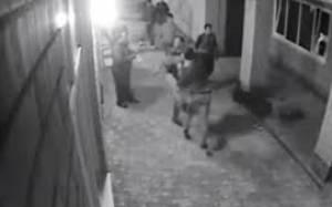 Του πείραξαν τη γυναίκα αλλά αυτός ήταν... πυγμάχος (video)