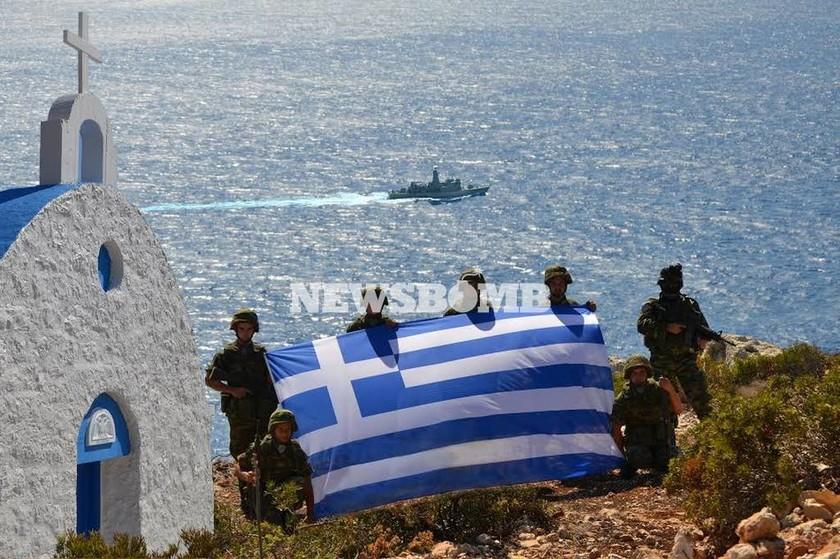 Η μεγάλη σημαία μπορεί να μην σηκώθηκε ποτέ, αλλά το μήνυμα εστάλη προς πάσα κατεύθυνση. Η Στρογγύλη είναι ελληνική...