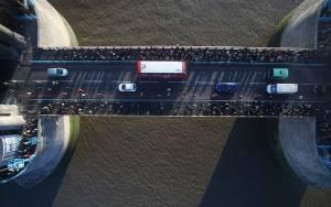 Το γυάλινο πάτωμα της Tower Bridge έγινε… θρύψαλα