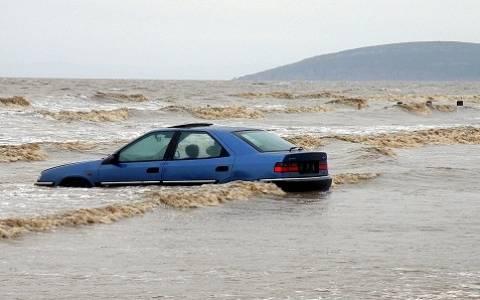 Όχημα «βούτηξε» στα νερά της Ναυπάκτου
