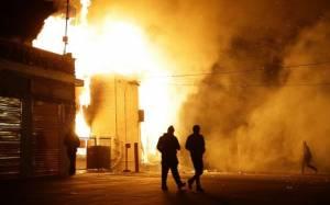 Στις φλόγες το Φέργκιουσον (video)