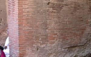 Πρόστιμο 20.000 ευρώ επειδή έκανε γκράφιτι στο Κολοσσαίο