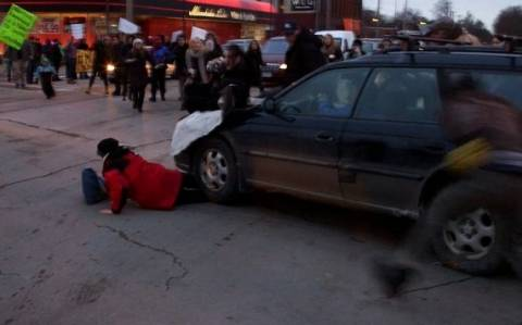 Φέργκιουσον: Σοκαριστικό βίντεο - Οδηγός πατάει διαδηλωτές