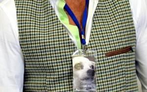 Star κυκλοφορεί με φωτογραφία του σκύλου του στο λαιμό του!