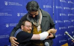Άνδρας υποβλήθηκε σε διπλή μεταμόσχευση άκρων