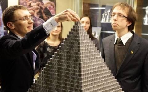 Λιθουανία: Γιγάντια πυραμίδα φτιαγμένη από κέρματα
