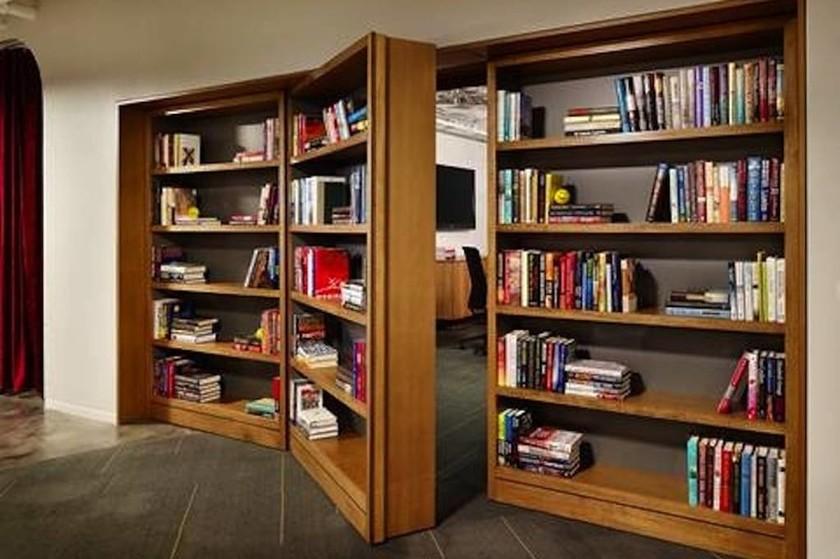 Πάρε ένα κρυφό δωμάτιο που ανοίγει από πόρτα βιβλιοθήκης. Ο Μπάτμαν χαζός ήταν;